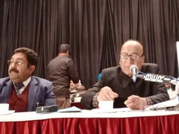 निगम हाउस की बैठक में उपस्थित मेयर जगदीश राजा व निगम कमिश्नर करनेश शर्मा। - Dainik Bhaskar