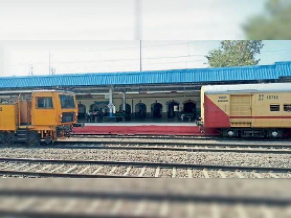 दतिया रेलवे स्टेशन पर खड़ी ट्रेन। - Dainik Bhaskar