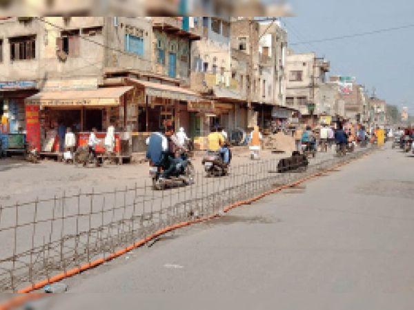 भिंड। शहर के बंगला बाजार के सामने डिवाइडर बनाने के लिए लगाया सरिया। - Dainik Bhaskar