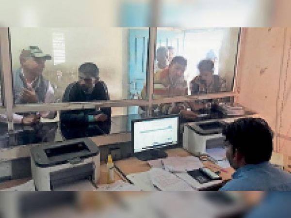 उप तहसील कार्यालय में जमीनी रिकॉर्ड की नकल लेने पहुंचे ग्रामीण। - Dainik Bhaskar