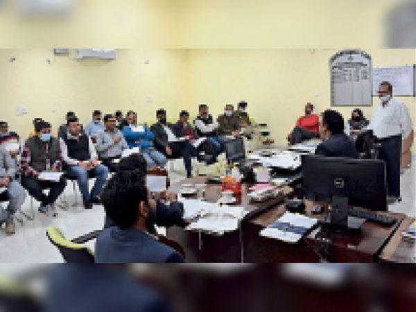 सड़क सुरक्षा समिति की मासिक बैठक को संबोधित करते उपायुक्त राजेश जोगपाल। - Dainik Bhaskar