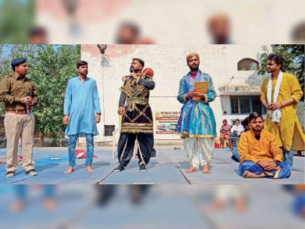 राजकीय महिला कॉलेज में नुक्कड़ नाटक करते कलाकार। - Dainik Bhaskar