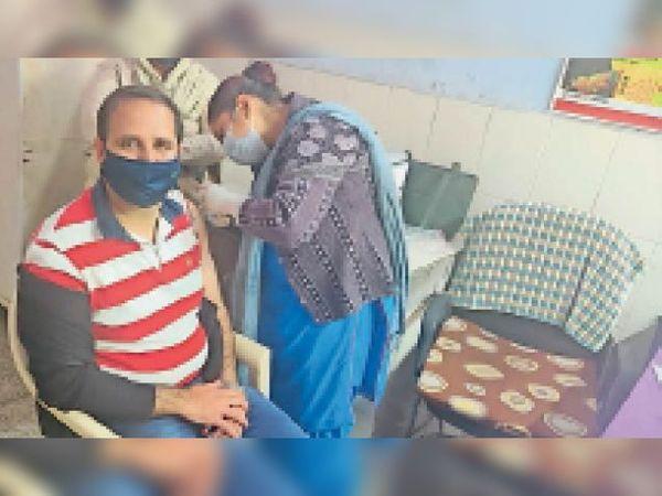 दूसरे चरण में वैक्सीनेशन कराते एसएमओ डॉ. कामिद मोंगा। - Dainik Bhaskar
