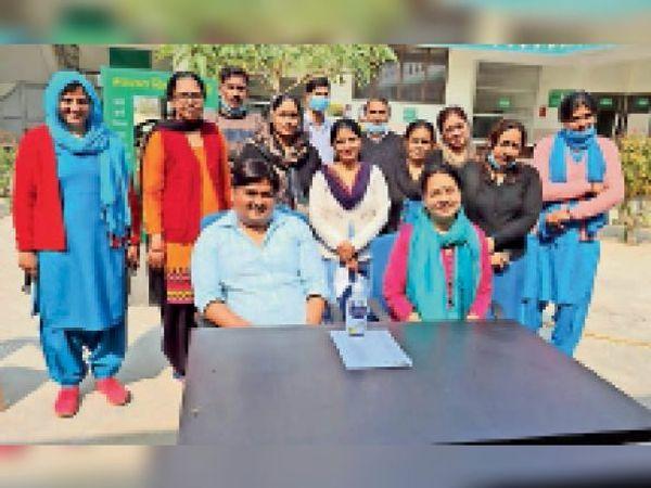 रेवाड़ी में हेल्थ वर्कर्स दूसरी डोज लगवाने के बाद खुशी मनाते हुए। - Dainik Bhaskar
