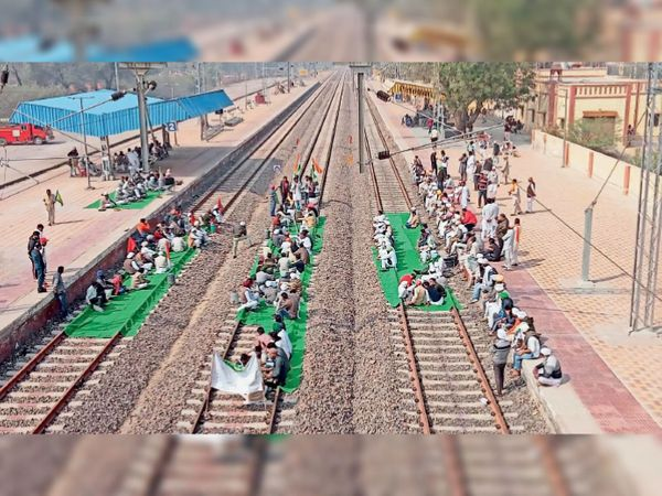 ऐलनाबाद स्टेशन पर रेलवे ट्रैक पर धरना देते किसान और यहां समाज सेवी संस्था ने संयुक्त किसान मोर्चा के आह्वान पर चाय पानी का लंगर लगाया। - Dainik Bhaskar