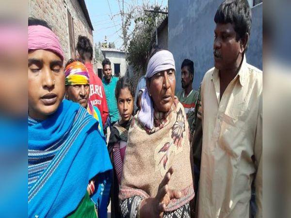 अंबाला के मुलाना में युवक की हत्या के बाद पोस्टमॉर्टम के दौरान घटना के बारे में जानकारी देते परिजन। - Dainik Bhaskar