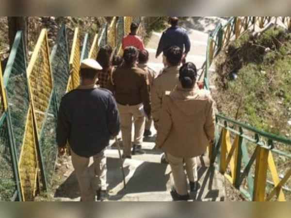 चंबा में सूहीमढ़ मंदिर परिसर में आवारागर्दी करते पकड़े जाने के बाद लड़के-लड़कियों को खदेड़ती पुलिस। - Dainik Bhaskar