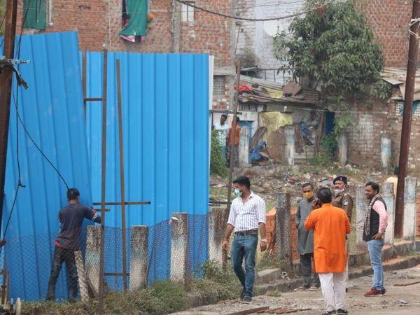 राजदेव कॉलोनी में RSS के केशव निडम भवन और उसके सामने विवादित लगभग 30 हजार वर्गफिट भूमि के कब्जे को लेकर विवाद हो गया था। - फाइल फोटो - Dainik Bhaskar