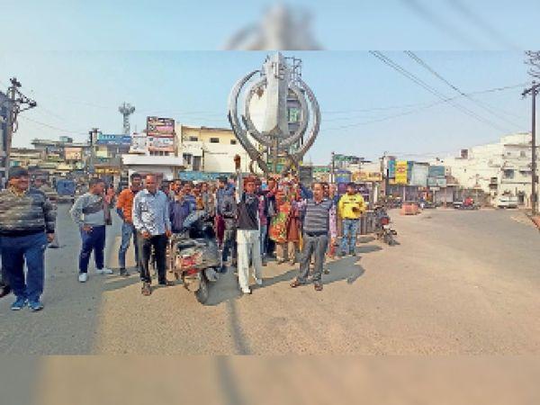 कैथल   कमेटी चौक पर वाहनों के चालान काटने के विरोध में प्रदर्शन करते शहरवासी - Dainik Bhaskar