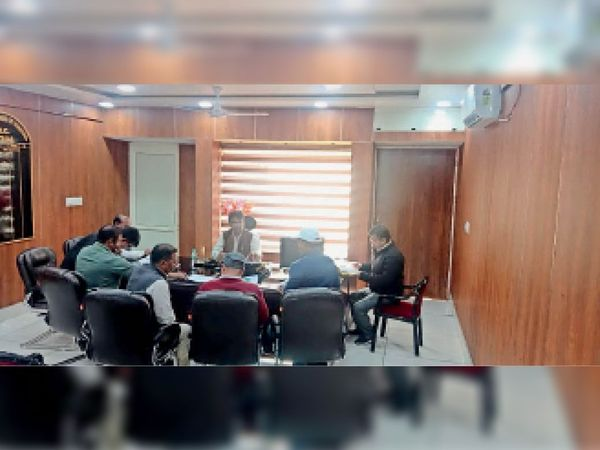 कैथल| अधिकारियों को बैठक लेते जिला पालिका आयुक्त कुलधीर सिंह। - Dainik Bhaskar