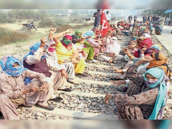 रेलवे ट्रैक पर बैठी महिलाभाकियू सदस्य। - Dainik Bhaskar