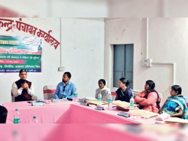 कार्यशाला में उपस्थित सी थ्री  राज्य प्रमुख संदीप कुमार ओझा एव अन्य - Dainik Bhaskar
