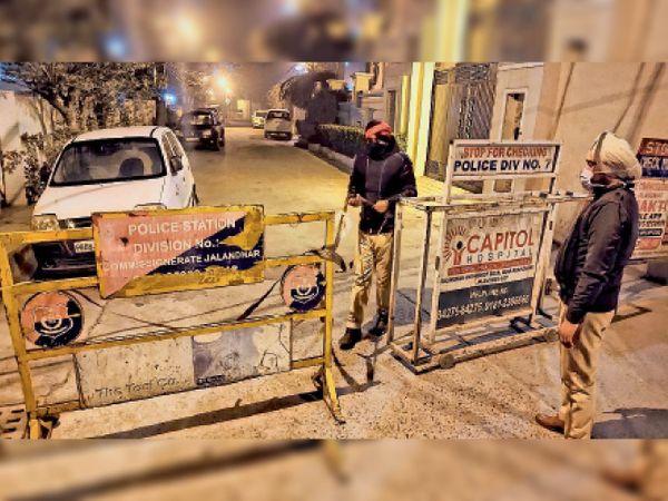 शहीद ऊधम सिंह नगर में माइक्रो कंटेनमेंट जोन में तैनात पुलिस मुलाजिम। भास्कर - Dainik Bhaskar