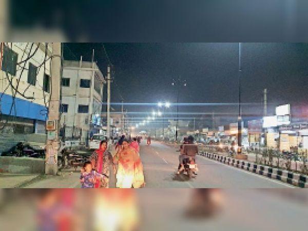 कुरुक्षेत्र | शहर में लगी स्ट्रीट की दुधिया रोशने में टहलते लोग। - Dainik Bhaskar