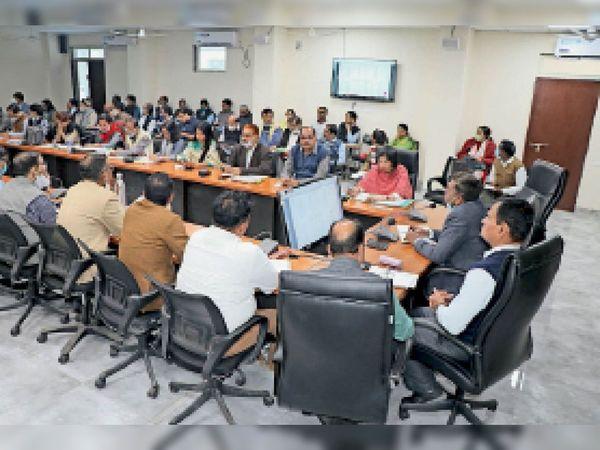 सरकारी योजनाओं के लक्ष्य की दयनीय स्थिति पर नाराजगी जताते कलेक्टर। - Dainik Bhaskar