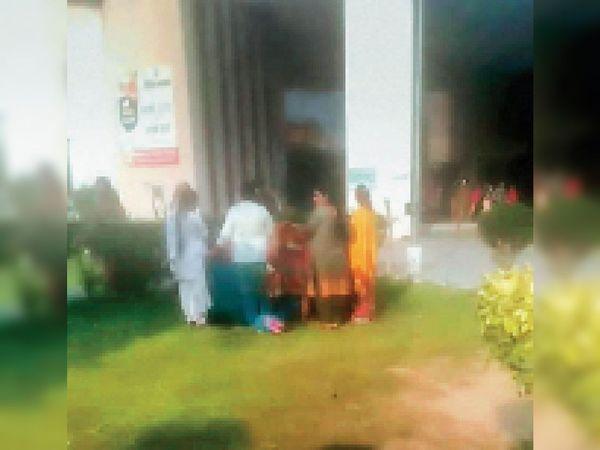 पार्क में डिलीवरी कराती महिलाएं। - Dainik Bhaskar