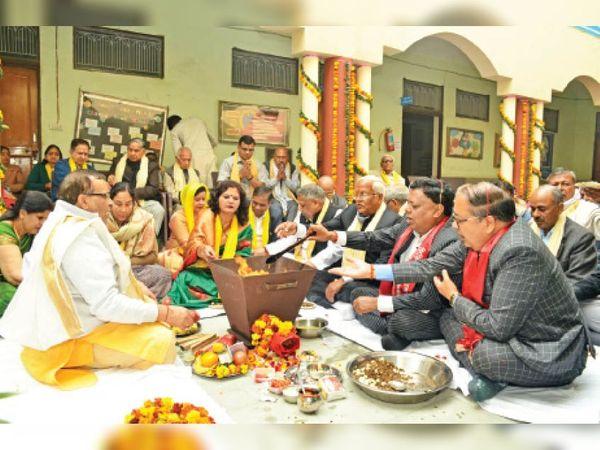 वैश्य बीएड कॉलेज में नव सत्र के प्रारंभ के लिए हवन में आहुति डालते हुए। - Dainik Bhaskar