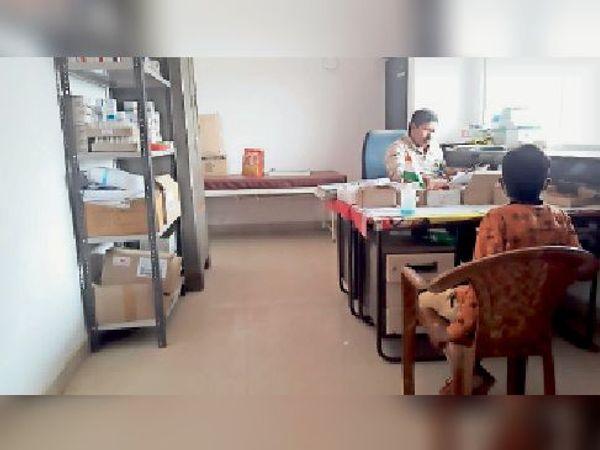 गिद्धौर अस्पताल में दवा वितरण करते चतुर्थ वर्गीय कर्मी। - Dainik Bhaskar