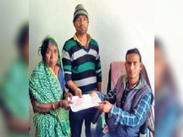 असहाय महिला को गोद लेता युवक - Dainik Bhaskar