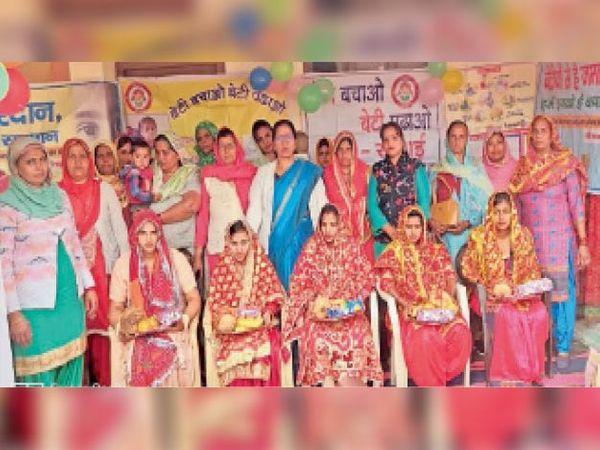 खुगाई में गर्भवती महिलाओं की गोद भराई कराती आंगनबाड़ी अधिकारी। - Dainik Bhaskar