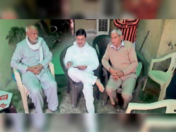 पूर्व विधायक नरेश कौशिक से बातचीत करते ग्रामीण। - Dainik Bhaskar