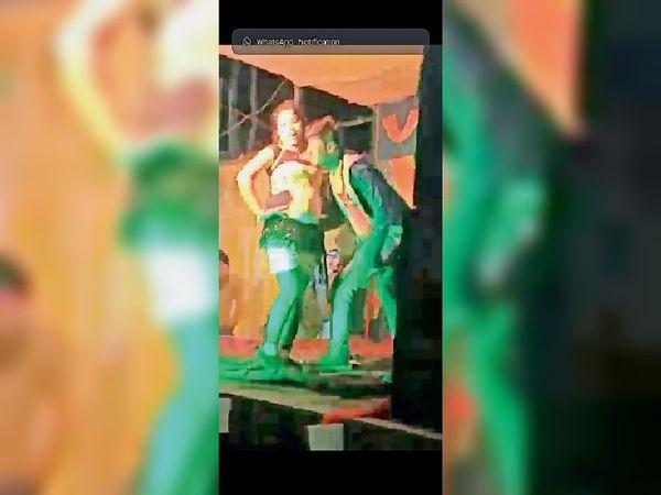 चकाई के सरसवदिया गांव में डांस करती बार वाला। - Dainik Bhaskar