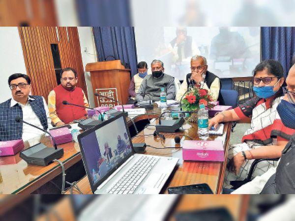 केंद्रीय बजट 2021-22 पर आयोजित विमर्श में आद्री के निदेशक पीपी घोष व अन्य। - Dainik Bhaskar