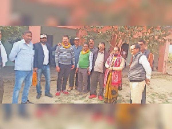 एक-दूसरे को माला पहनवाते शिक्षक संघ के अध्यक्ष। - Dainik Bhaskar
