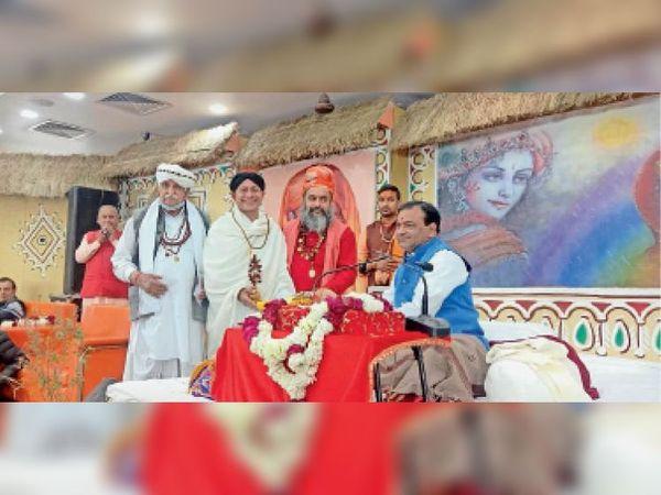 कथा में महामंडलेश्वर स्वामी कर्णपुरी महाराज व महंत खुशहाल दास महाराज व अन्य। - Dainik Bhaskar