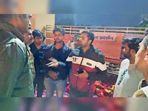 पक्ष जानने के बाद पुलिस वापस लौटी, छात्र बोले-धरना खत्म नहीं करेंगे - Dainik Bhaskar