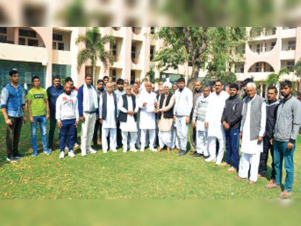 जाट काॅलेज के अखाड़े में गाेलीकांड के दाैरान मारे गए खिलाड़ियाें के परिजन गुरुवार को शहर के लघु सचिवालय में एसपी राहुल शर्मा से मिलने पहुंचे। - Dainik Bhaskar