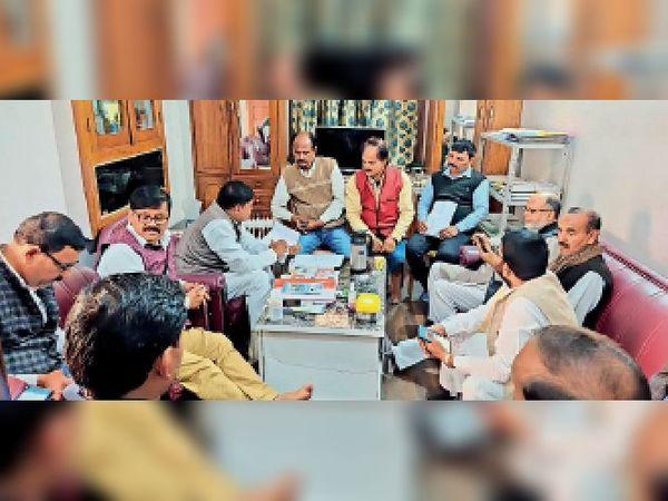 जदयू की जिलास्तरीय बैठक में मौजूद जिलाध्यक्ष, पूर्व विधायक व अन्य। - Dainik Bhaskar