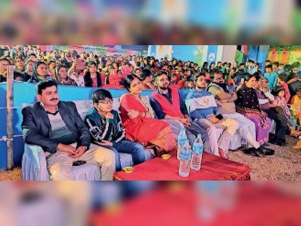 पुरस्कार वितरण कार्यक्रम में भाग लेते बीडीओ, उनकी पत्नी व अन्य। - Dainik Bhaskar