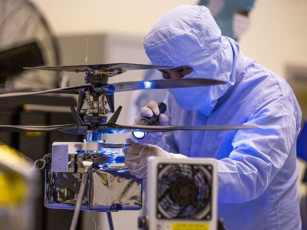 फोटो अप्रैल 2020 की है। तब कैनेडी स्पेस सेंटर में नासा की मिशन मार्स टीम ने रोवर की फाइनल टेस्टिंग की थी। इसको घड़ी की दिशा यानी क्लॉक वाइज टर्न करके देखा गया था।