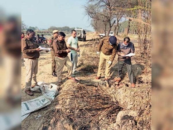 हत्या मामले में शव के पास जांच करते पुलिस अधिकारी। - Dainik Bhaskar