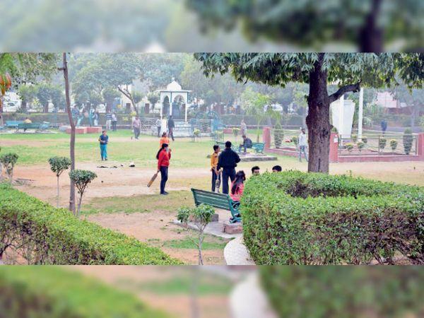 मानसराेवर पार्क में क्रिकेट खेलते हुए बच्चे। - Dainik Bhaskar