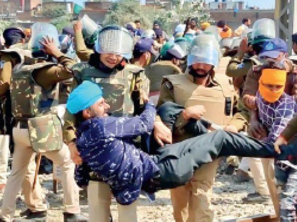 समझाने के बाद भी नहीं माने और नारेबाजी करते रहे तो पुलिस ने उठा-उठा कर किसानों को रेलवे ट्रैक से हटाया। - Dainik Bhaskar