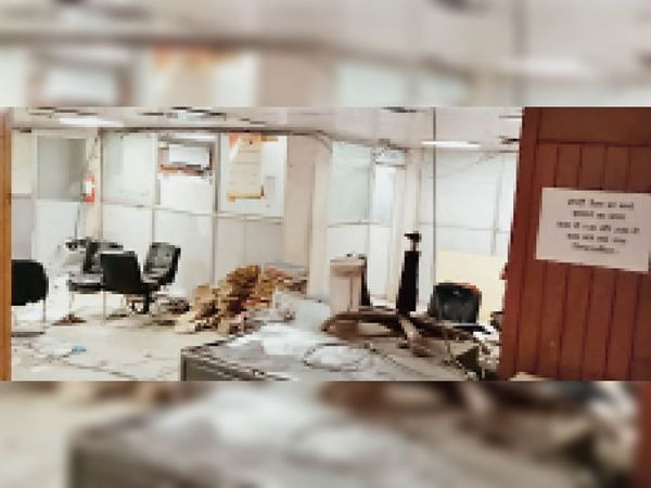 पानीपत. प्रॉपर्टी टैक्स ऑफिस से हटाया गया सामान। - Dainik Bhaskar