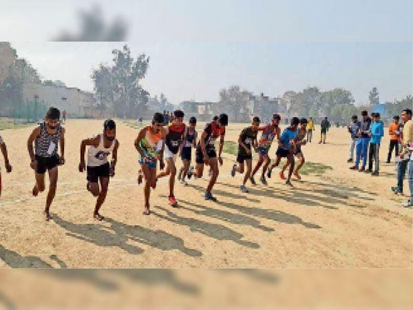 पानीपत. शिवाजी स्टेडियम में प्रतियाेगिता में दाैड़ लगाते खिलाड़ी। - Dainik Bhaskar