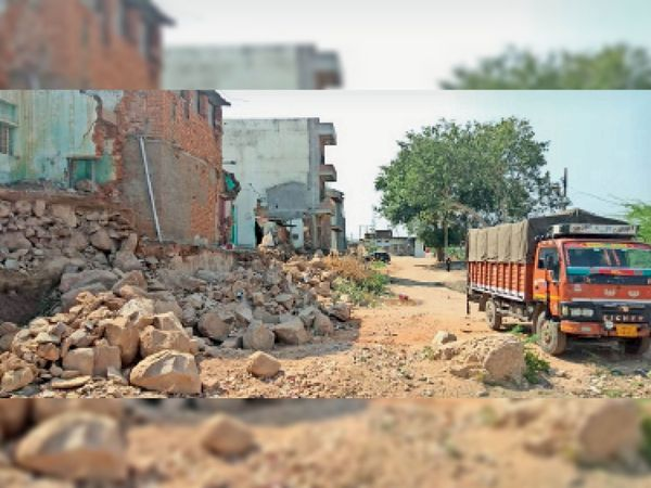 आसपास के मकान गिरा दिए यहां थम गई जेसीबी मशीन - Dainik Bhaskar