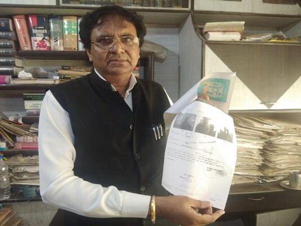 अवैध रूप से कई रजिस्ट्री के कागजात दिखाते एडवोकेट एलएन पाराशर। - Dainik Bhaskar