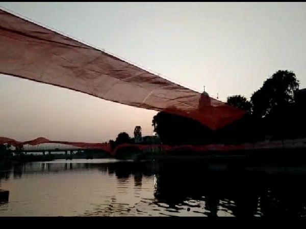 शिप्रा नदी को नर्मदा जयंती के अवसर पर चुनरी चढ़ाई गई