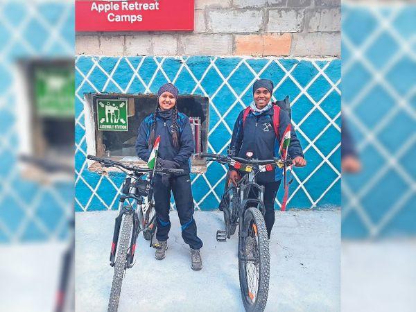 5000 किलोमीटर की यात्रा पर निकलीं सविता और श्रुति - Dainik Bhaskar
