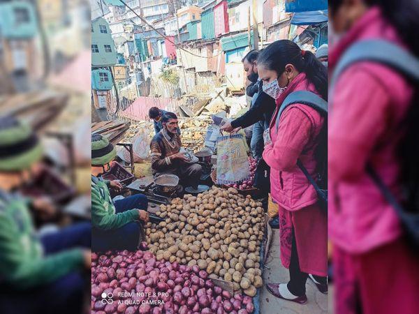 सब्जी मंडी में प्याज खरीदते लोग। - Dainik Bhaskar