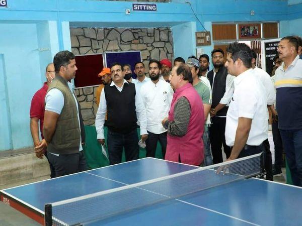 खेल अधिकारियों से बातचीत करते अशोक चांदना। - Dainik Bhaskar