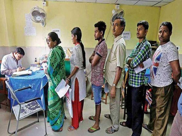 PVC पर प्रिंट होने से इस कार्ड का रख-रखाव आसान होगा। यह कार्ड आयुष्मान भारत प्रधानमंत्री जन आरोग्य योजना का लाभ लेने के लिए अनिवार्य नहीं है, लेकिन इससे स्वास्थ्य अधिकारियों को लाभार्थियों की पहचान करने में आसानी होगी।    - फाइल फोटो - Dainik Bhaskar