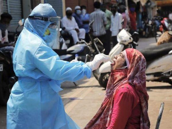 डॉ सालुखे के मुताबिक, पूर्वी महाराष्ट्र के अमरावती और यवतमाल जिलों से लिए गए कोरोना वायरस के नमूनों में दो नए म्यूटेंट्स मिले हैं जो एंटीबॉडी को बेअसर करने में सक्षम हैं। - Dainik Bhaskar