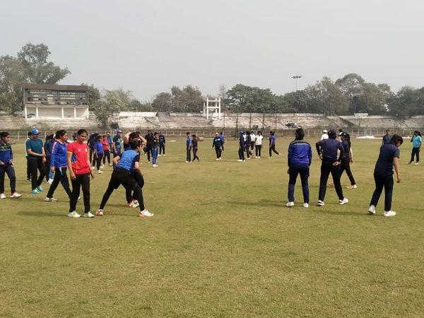 पटना के मोइनुल हक स्टेडियम में चयन ट्रायल में हिस्सा लेतीं महिला क्रिकेटर। - Dainik Bhaskar