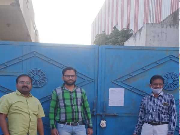 दोना पत्तल फैक्ट्री को सील करने की कार्रवाई करते हुए बिजली कंपनी के कर्मचारी - Dainik Bhaskar