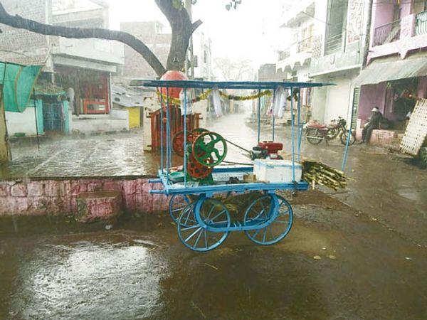 जावर में दोपहर करीब 3 बजे तेज बारिश हुई। इससे मौसम में एक बार फिर ठंडक घुल गई। आसपास के क्षेत्रों में भी बारिश के समाचार है। - Dainik Bhaskar